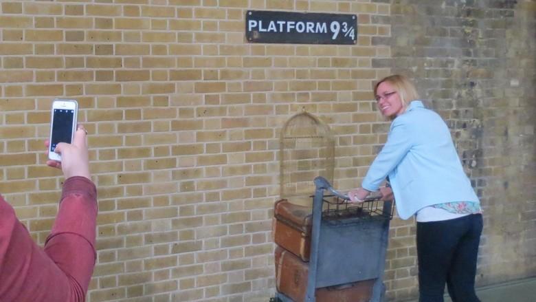 Foto: Berfoto ala Harry Potter di Peron 9 3/4 (Fitraya/detikTravel)