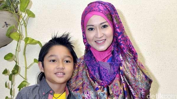 Okie Agustina dan Putra Kesayangannya