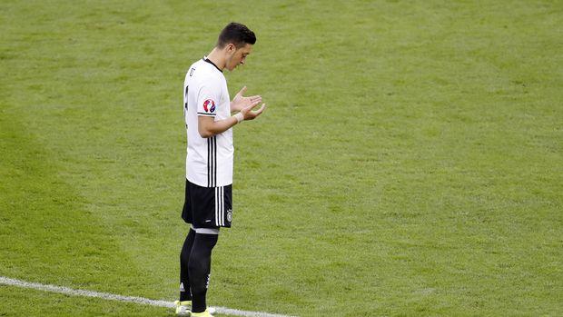 Mantan pemain timnas Jerman Mesut Oezil kerap membaca Alquran sebelum bertanding. (