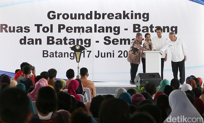 Jokowi menekan tombol tanda dimulainya pembangunan Jalan Tol Pemalang-Batang 39,19 km dan Batang-Semarang sepanjang 75 km.