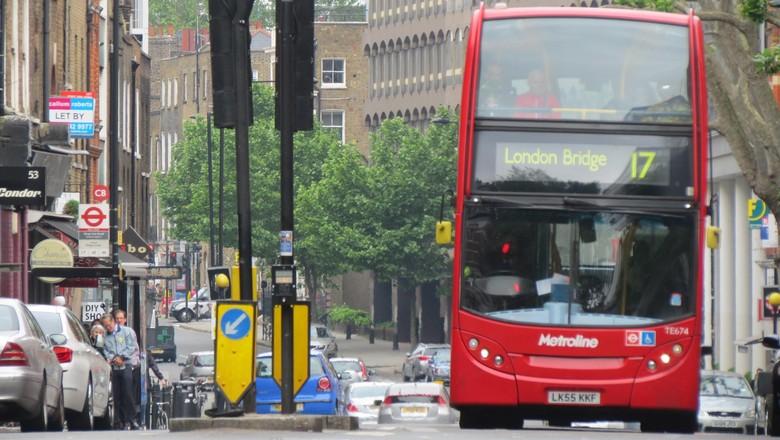 bus tingkat merah yang khas di London