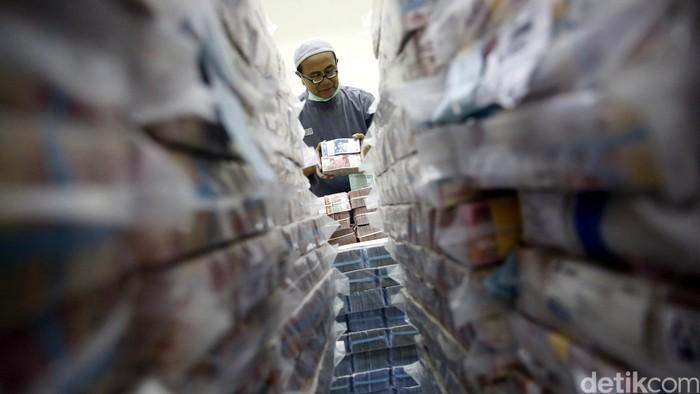 Petugas menyusun uang di Cash Center Bank BNI di Jakarta, Jumat (17/6/2016). Bank BUMN tersebut menyiapkan lebih dari 16.200 Anjungan Tunai Mandiri (ATM) untuk melayani kebutuhan uang tunai saat lebaran. BNI memastikan memenuhi seluruh kebutuhan uang tunai yang diperkirakan mencapai lebih dari Rp 62 triliun atau naik 8% dari realisasi tahun sebelumnya. (Foto: Rachman Harryanto/detikcom)