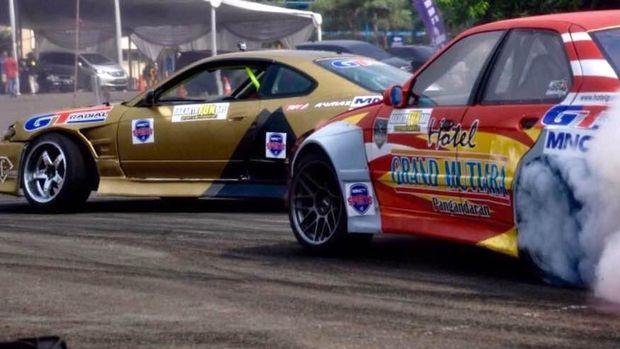 Aksi drifter di Kejuaraan Nasional Internasional Drifting
