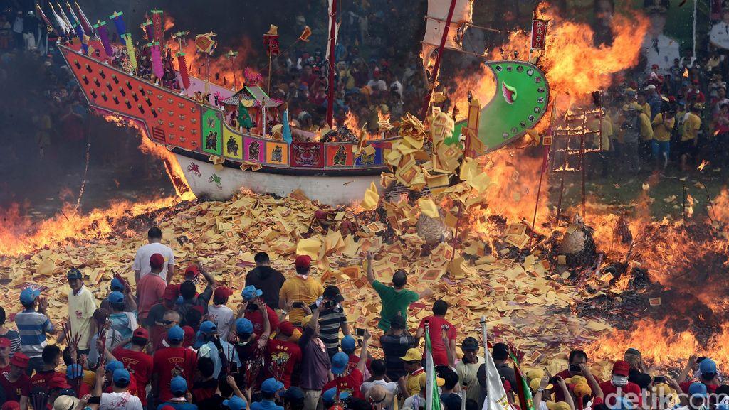 Bakar Tongkang, Puja Dewa Ki Hu Ong Ya