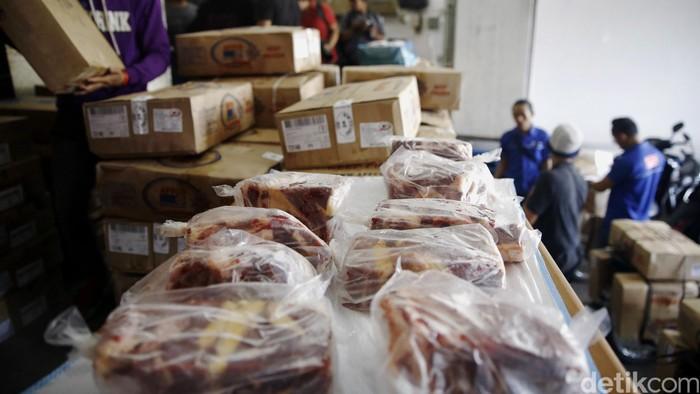 PT Impexindo Pratama menggelar operasi pasar daging murah di gudang Palad, Jaktim. Operasi pasar tersebut untuk menekan harga daging yang masih tinggi.