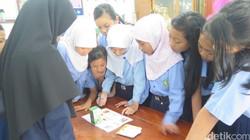 Serunya pelatihan apoteker cilik di SD Kentungan Yogyakarta. Bahkan pemandunya sampai kewalahan menjawab keingintahuan para peserta.