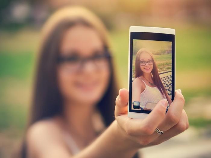 Masalah citra diri kadang muncul karena hobi selfie. (Foto: ilustrasi/thinkstock)