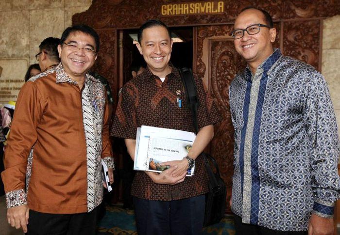 (Kiri ke kanan) Kepala BKPM Franky Sibarani, Menteri Perdagangan Thomas Lembong, dan Ketua Umum Kadin Rosan P Roeslani hadir dalam rapat koordinasi yang digelar di Kemenko Perekonomian, Jakarta, Selasa (21/6/2016). Ist/Kemenko Perekonomian.