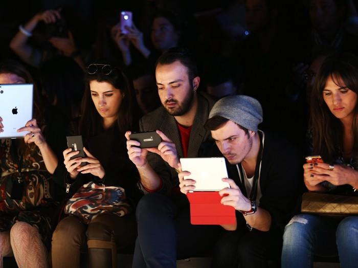 Kecanduan smartphone saat ini dapat berdampak bagi masa depan nantinya. Foto: GettyImages/Andreas Rentz
