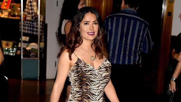 Roar! Salma Hayek Dibalut Dress Motif Macan