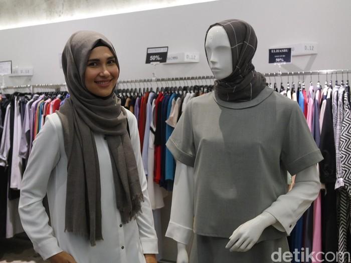 Desainer busana muslim Rani Hatta di butiknya. Foto: Intan Kemala Sari/Wolipop