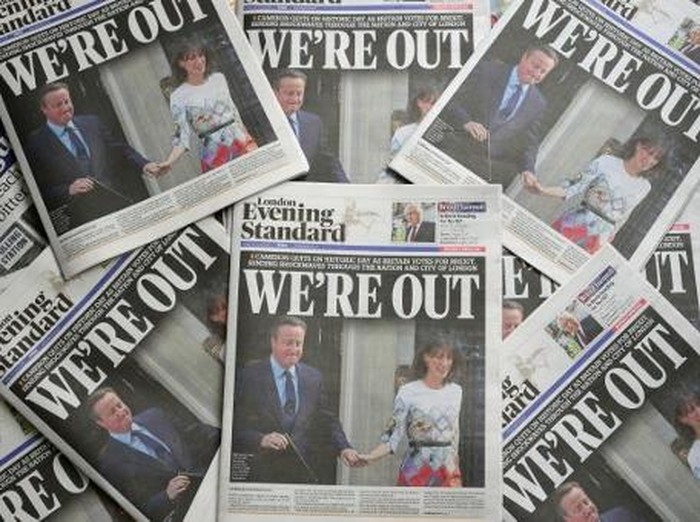 An arrangement of newspapers pictured in London on June 24, 2016, as an illustration, shows the front page of the London Evening Standard newpaper reporting the resignation of British Prime Minister David Cameron following the result of the UKs vote to leave the EU in the June 23 referendum. Cameron is pictured holding hands with his wife Samantha as they come out from 10 Downing Street. Britain voted to break away from the European Union on June 24, toppling Prime Minister David Cameron and dealing a thunderous blow to the 60-year-old bloc that sent world markets plunging. / AFP PHOTO / Daniel SORABJI