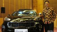 Direktur Pemasaran PT Kia Mobil Indonesia Hartanto Sukmono memperlihatkan Kia Sportage terbaru. Hartanto menegaskan harga pasti Sportage akan diumumkan saat mobil diluncurkan di Gaikindo Indonesia International Auto Show bulan Agustus.