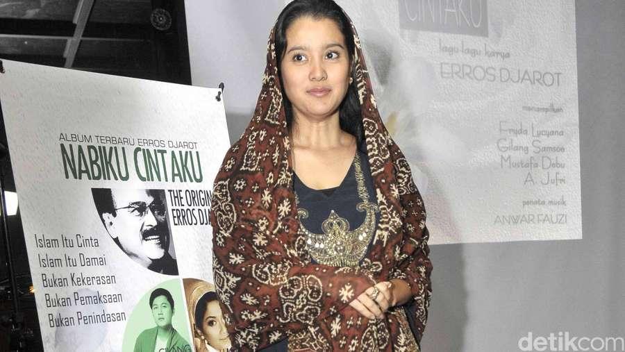 Marcella Zalianty Berkerudung Batik