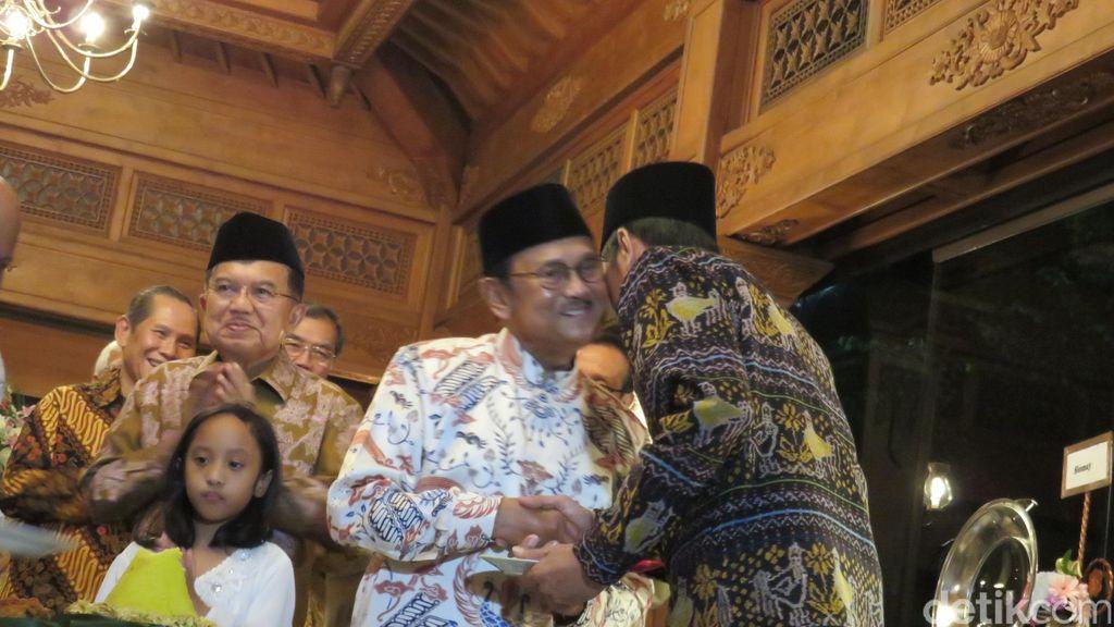 Kehangatan Saat Habibie Beri Potongan Tumpeng yang Pertama ke Jokowi