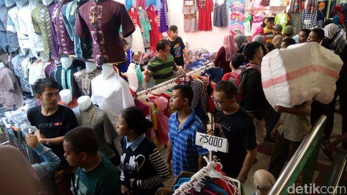 Foto: Suasana Pasar Tanah Abang pada musim Lebaran 2016 (Ardan Adhi Chandra/Detik)