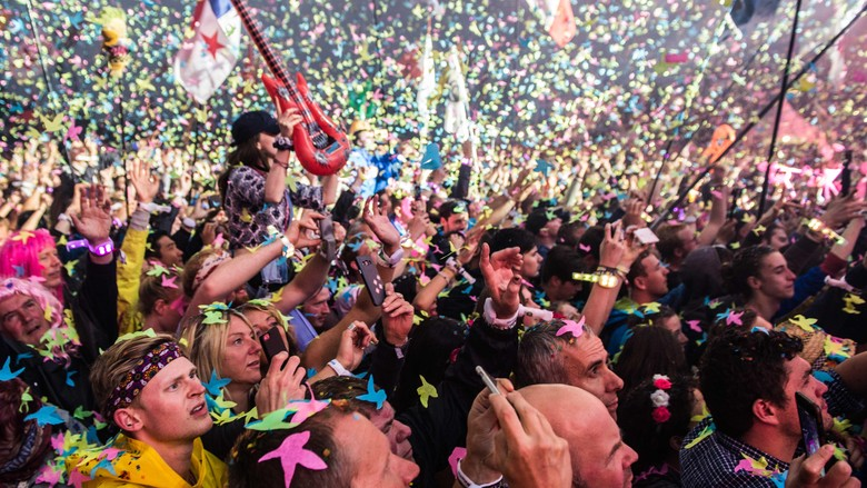 GLASTONBURY, ENGLAND - JUNE 26:  (IMAGES AVAILABLE FOR LICENCE UNTIL SEPTEMBER 26, 2016 ONLY)  Chris Martin of Coldplay performs on the Pyramid Stage on day 3 of the Glastonbury Festival at Worthy Farm, Pilton on June 26, 2016 in Glastonbury, England. Now its 46th year the festival is one largest music festivals in the world and this year features headline acts Muse, Adele and Coldplay. The Festival, which Michael Eavis started in 1970 when several hundred hippies paid just 1, now attracts more than 175,000 people.  (Photo by Ian Gavan/Getty Images)