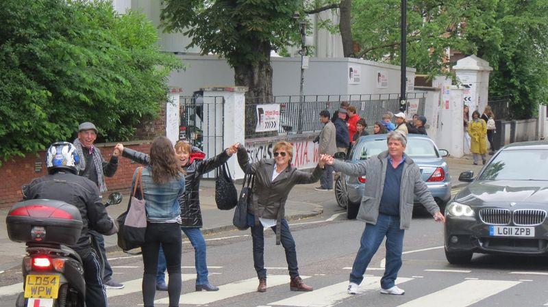 Penggemar The Beatles datang ke Abbey Road untuk berpose ala grup pujaannya. Mereka berpose di tengah jalan walau menghalangi kendaraan (Fitraya/detikTravel)