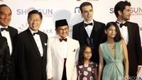 Selain Manoj tampak pula Sang pemeran Rudy Habibie, yakni Reza Rahadian yang berfoto bersama.