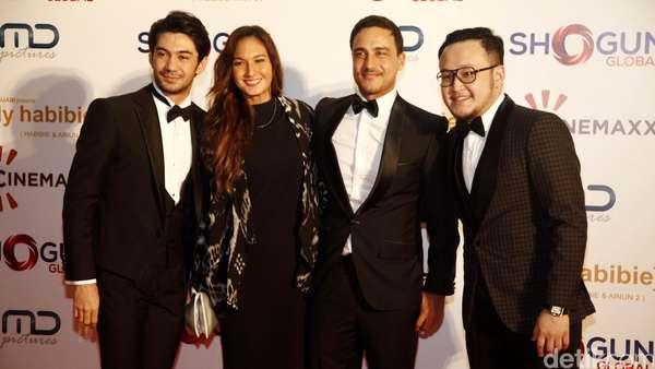 Sederet Selebriti Tampil Elegan di Pemutaran Film Rudy Habibie