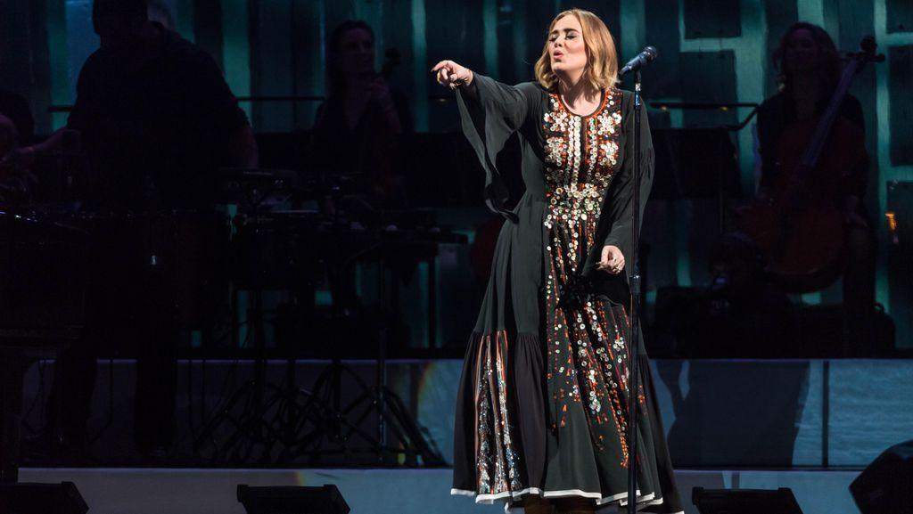 Gaun Adele di Glastonbury Festival Dibuat Selama 200 Jam