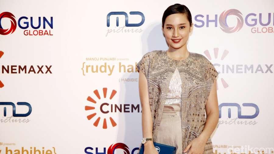 Tatjana Saphira Asyik Selfie di Red Carpet Rudy Habibie