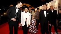 BJ Habibie langsung disambut Manoj, produser dari MD Picture saat tiba di Maxxbox Lippo Karawaci, Tangerang.