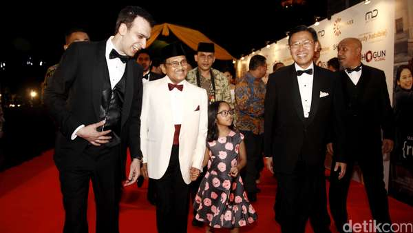 Hot Photo Highlight: Parade Selebriti di Red Carpet Rudy Habibie