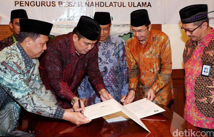 Sekjen PBNU Helmy Faishal Zaini (dua dari kiri) dan Direktur Perluasan Kepesertaan dan HAL BPJS Ketenagakerjaan Ilyas Lubis (dua dari kanan) menandatangani naskah kerjasama di Kantor PBNU, Jakarta, Senin (27/6/2016).