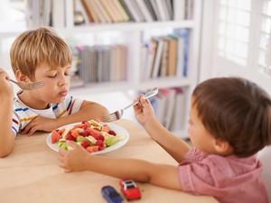 Si Kecil Suka Rewel Saat Makan? Atasi dengan 10 Cara Ini