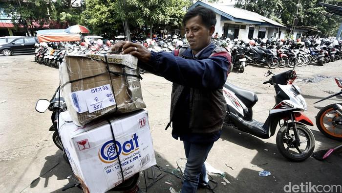 Sepekan jelang Lebaran yang diperkirakan jatuh pada Rabu (06/07) mendatang, jasa pengiriman barang atau ekspedisi di kawasan Stasiun Kota Bekasi, Selasa (28/06/2016), masih terlihat sepi.