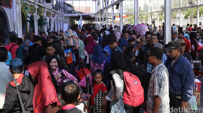 Pemudik lebaran Idul Fitri 1437 H memadati Stasiun Pasar Senen Jakarta Selasa (28/6/2016).