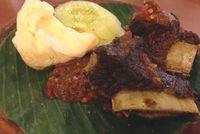 Pakai Nasi Hangat, Enaknya Makan Iga Bakar yang Empuk Berempah di Sini