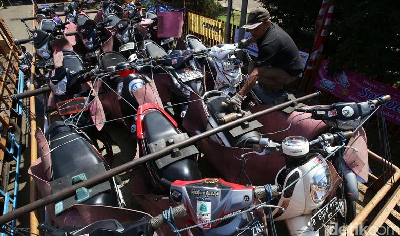 Mudik gratis, motor diangkut pakai truk. Foto: Grandyos Zafna