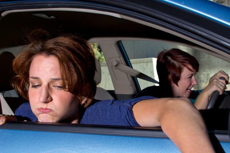 Supaya tidak mabuk sepanjang perjalanan naik mobil. Foto: iStock