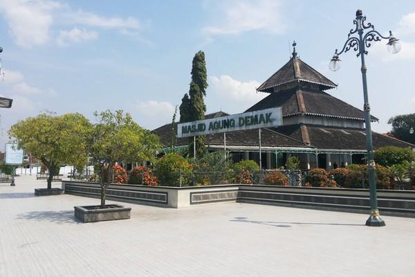 Kisah mengenai Masjid Agung Demak selalu mengundang decak kagum, karena tempat ibadah ini dikenal sebagai tempat berkumpulnya Wali Songo yang membantu menyebarkan agama Islam di Tanah Jawa. Oleh sebab itu, kota Demak disebut sebagai kota wali. (Kurnia/detikTravel)