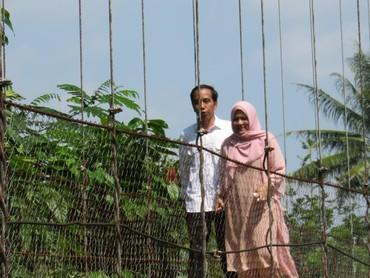 Jokowi bersama Iriana melintasi jembatan gantung di Lebak, Banten. (Foto: Bagus Prihantoro Nugroho/detikcom)