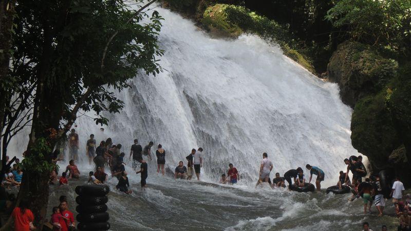 Air Terjun Bantimurung di Maros, selalu menjadi tempat liburan favorit warga Makassar. Kalau mudik Lebaran ke Makassar, jangan lupa datang ke sini (Fitraya/detikTravel)