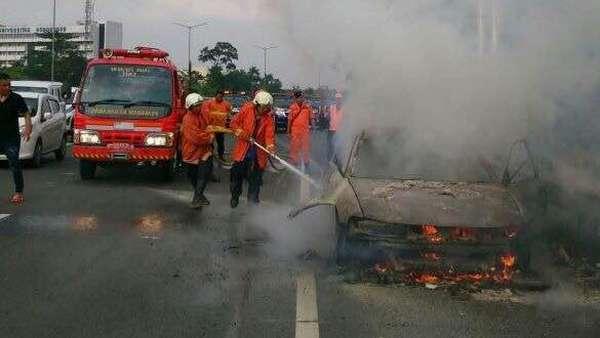 Mobil Sedan Terbakar di Tol Cikampek Arah Cawang