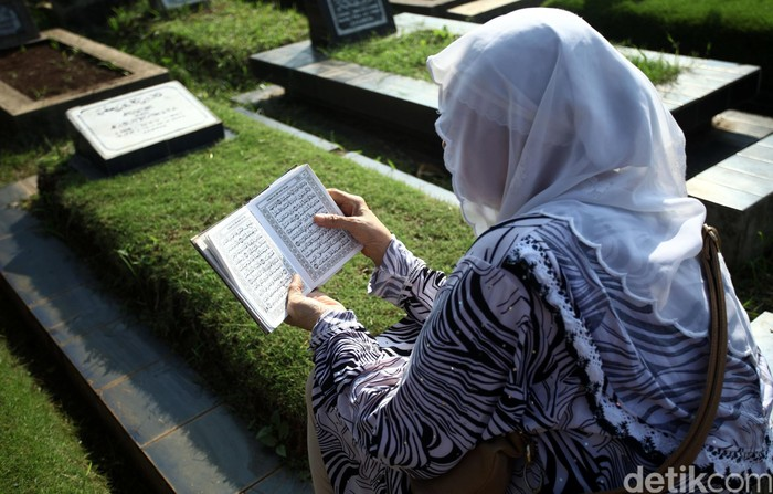 Warga memadati Tempat Pemakaman Umum (TPU) Karet Bivak untuk melakukan Ziarah Kubur, Jakarta Pusat, Rabu (06/06/2016). Ziarah Kubur merupakan tradisi yang dilakukan umat muslim di Indonesia sebelum bulan puasa dan saat hari raya Idul Fitri. Grandyos Zafna/detikcom