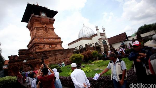 Menaranya memiliki tinggi 18 meter dan memiliki 32 piringan bergambar masjid, unta, dan pohon kurma sbagai ornamennya. Inilah salah satu bukti perpaduan budaya Islam, Hidu, dan Buddha di Pulau Jawa. Di masjid ini pun terdapat makam Sunan Kudus. Reno/detikcom