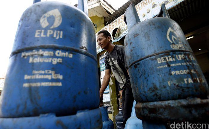 Warga mendistribusikan LGP 12 Kg di Kota Bekasi, Senin (11/6).
