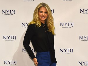 Pengakuan Model Christie Brinkley yang Selalu Pakai Bikini Saat Berkebun