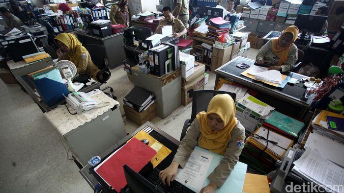 Hari ini para PNS Pemprov DKI Jakarta mulai beraktivitas normal. Tingkat absensi pada hari pertama masuk kerja hadir 100 persen.