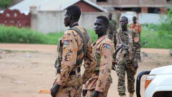 Pasukan mantan pemberontak dan pasukan pemerintah terlibat pertempuran sengit di Ibu kota Sudan Selatan. Pertikaian ini menyebabkan Sudan Selatan berada diambang perpecahan.