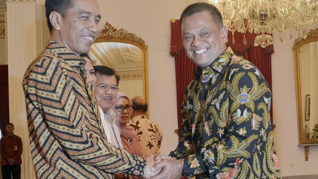 Presiden Joko Widodo (kiri) dan mantan Panglima TNI Jenderal TNI Gatot Nurmantyo (kanan), di Jakarta, 2016.