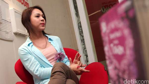 Ngobrol Bareng Novelis Agnes Davonar