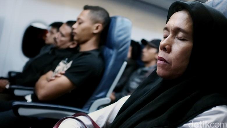 Tidur di pesawat (Dikhy Sasra)