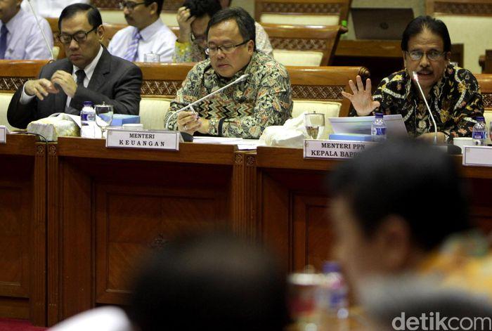 (Ki-ka) Gubernur Bank Indonesia Agus Martowardojo, Menteri Keuangan Bambang Brodjonegoro, dan Kepala Bappenas Sofyan Djalil menghadiri rapat di ruang Komisi XI DPR, Kamis (14/7/2016).