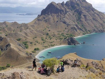 Banyak Wisatawan ke Komodo, Jangan Ambil Pasir Pantainya!